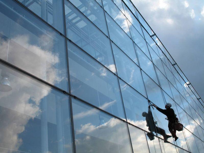 Мойка фасадов зданий альпинистами СПб за м2